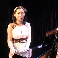 Concertiste pianiste donne le cours de piano