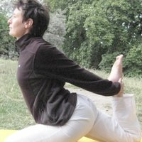 Cours de Hata Yoga a Paris 19eme en petits groupes / Small group Hata Yoga class in Paris 19th